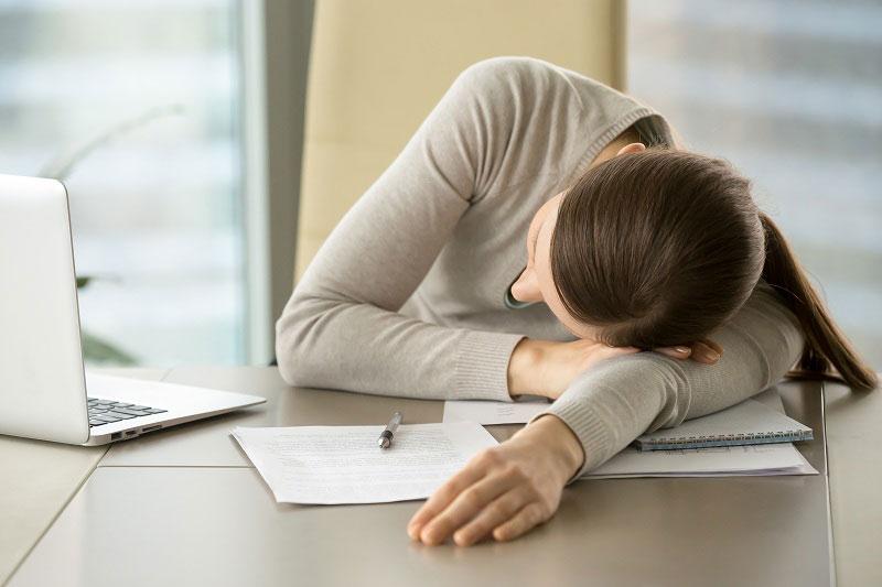 مشکلات بی خوابی و خستگی در تنبلی تخمدان
