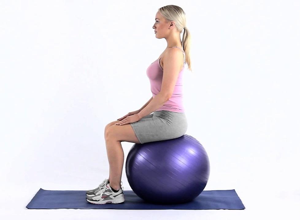 نشستن روی توپ برای درمان گودی کمز